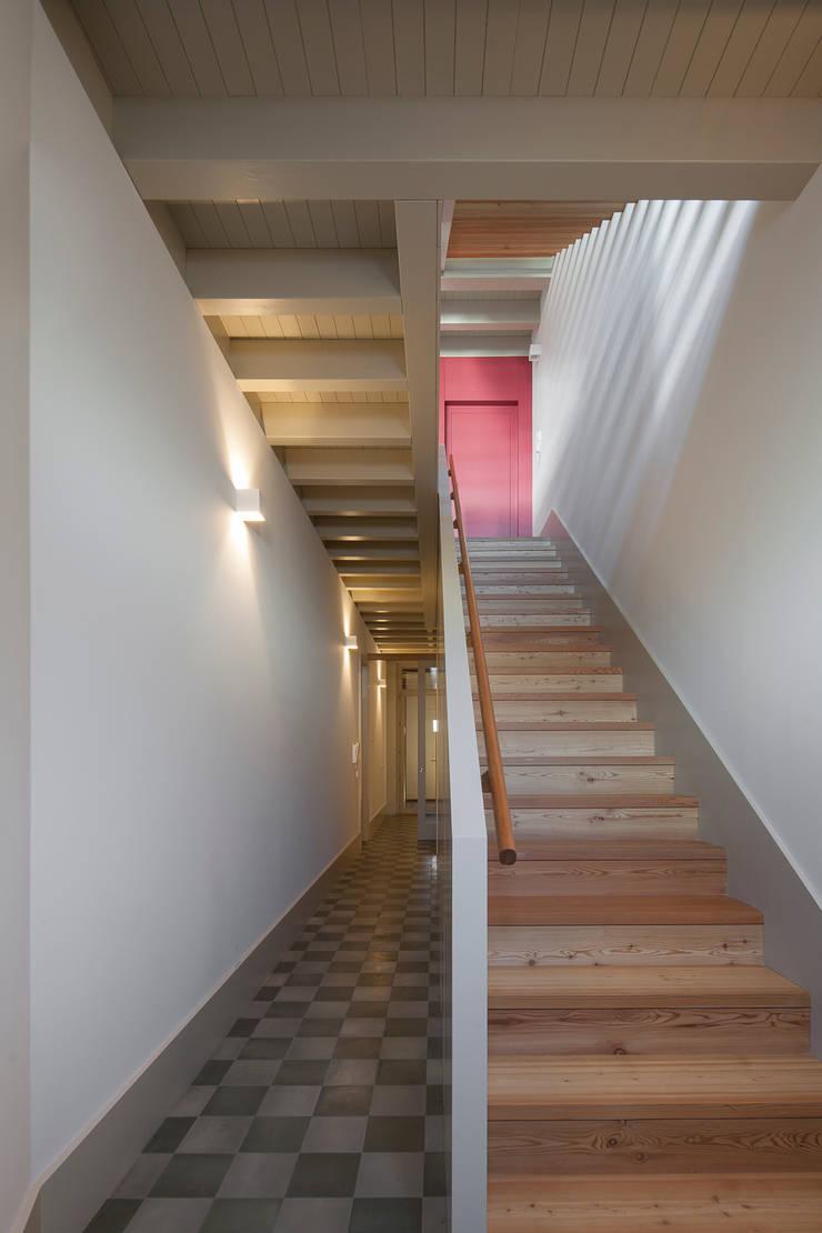 Casa das Gelosias: Corredores e halls de entrada  por Marta Campos - Arquitectura, Reabilitação e Eficiência Energética