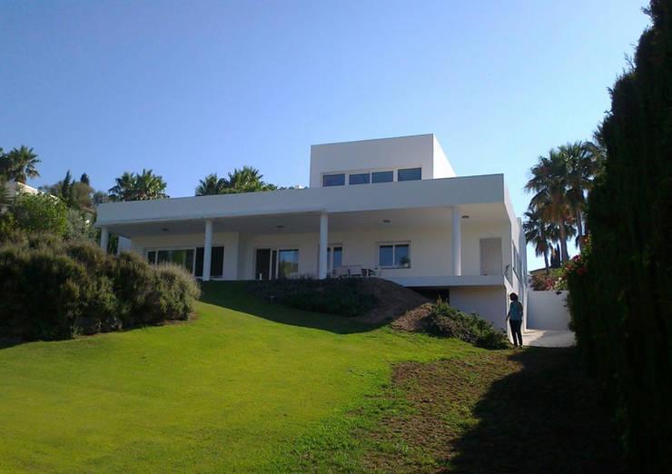house RT-sotogrande: Casas de estilo  de N+A ARQUITECTOS