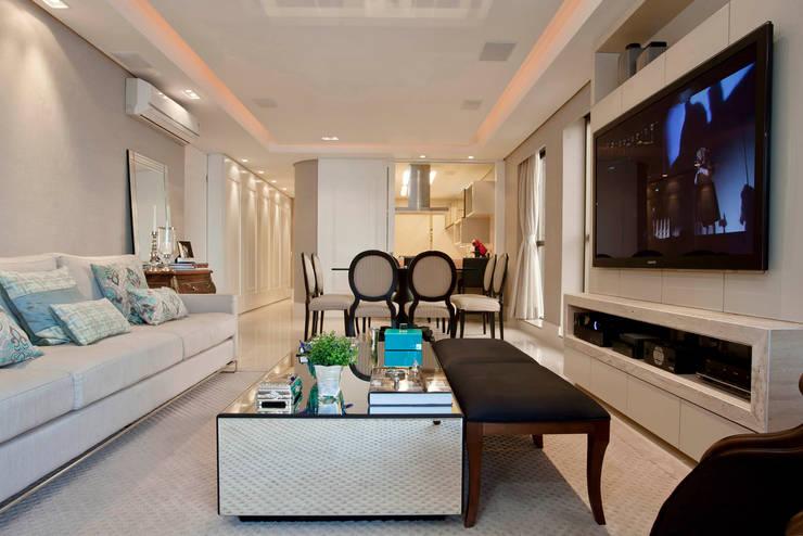 Sala clássico e moderno: Salas de estar clássicas por Priscila Koch Arquitetura + Interiores