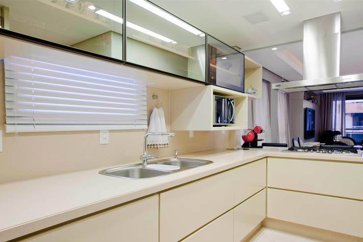 Cozinha integrada: Cozinhas modernas por Priscila Koch Arquitetura + Interiores