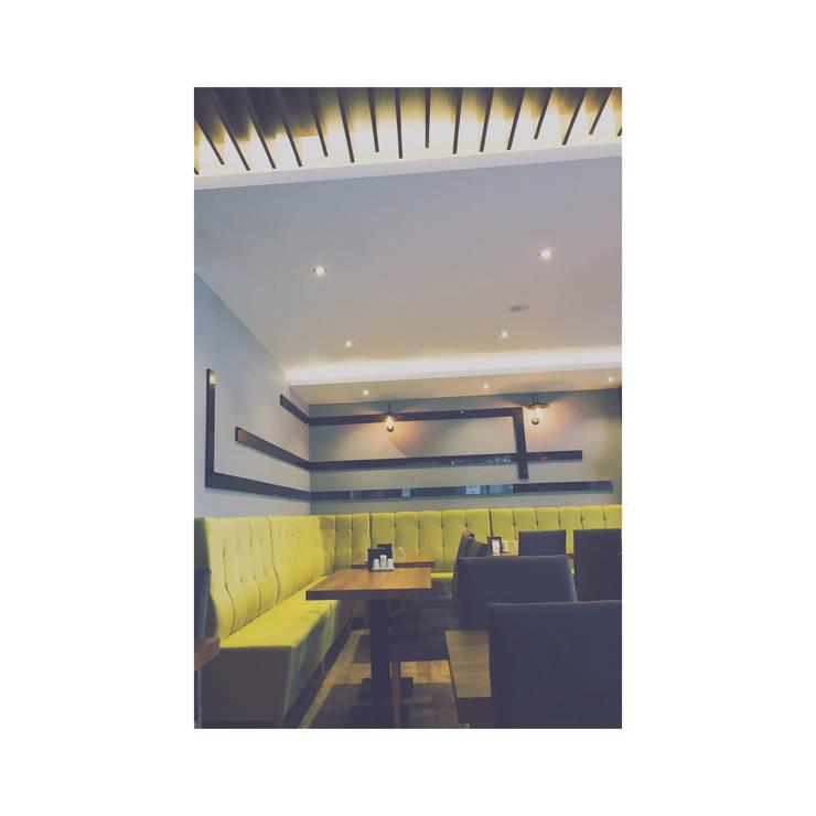 İZARC MİMARLIK – RESTAURANT DESIGN- LOCA OTURMA VE AHŞAP TAVAN SİYAH AHŞAP BANT:  tarz Bar & kulüpler, Modern Yönlendirilmiş Yonga Levha