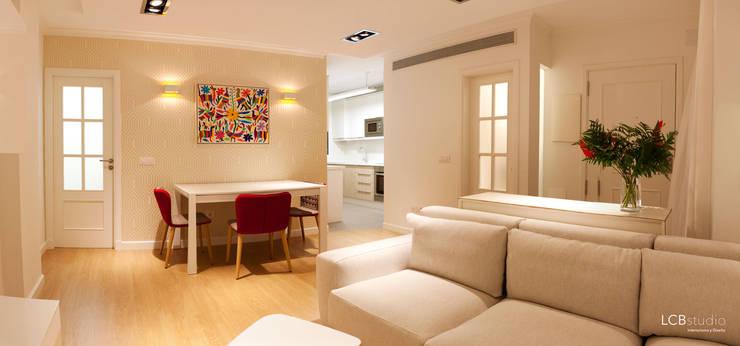 Salas / recibidores de estilo  por LCB studio