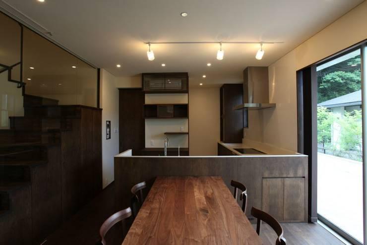 焦げ茶で統一されたダイニングキッチン: 有限会社 橋本設計室が手掛けたダイニングです。