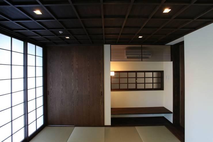 落ち着きのある和室: 有限会社 橋本設計室が手掛けた和室です。