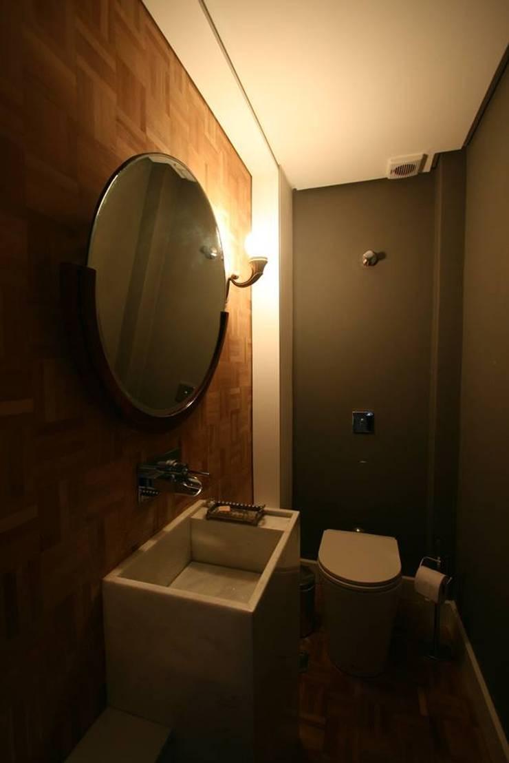 Baños de estilo  de Tellini Vontobel Arquitetura,