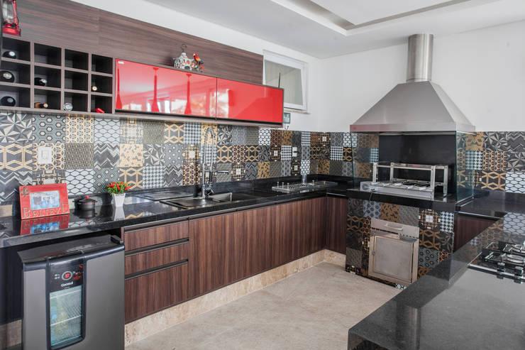 Churrasqueira e Varanda Gourmet: Garagens e edículas modernas por Heloisa Titan Arquitetura