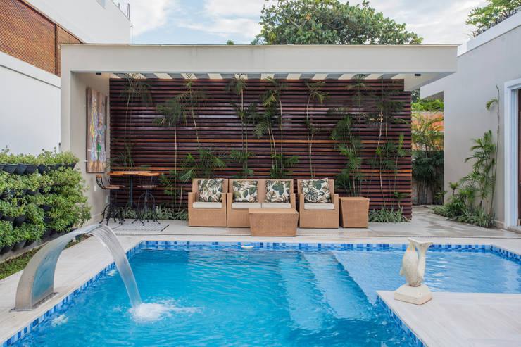 Piscina e Jardim: Piscinas modernas por Heloisa Titan Arquitetura