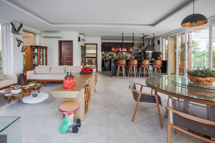 Área de churrasqueira: Salas multimídia modernas por Heloisa Titan Arquitetura