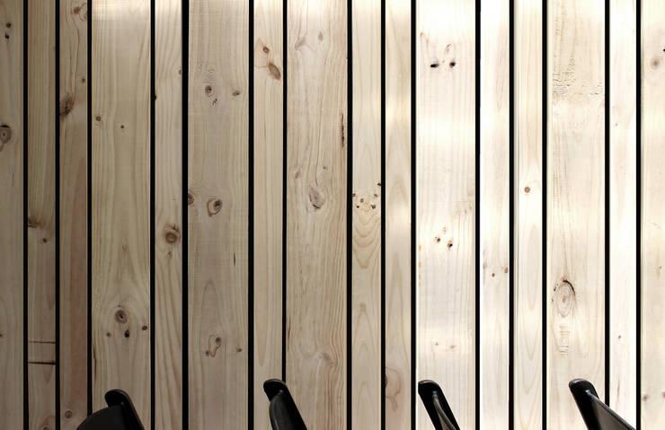 Restaurant Di Tutti & Co. Landeros y Charles Arquitectos, Chile: Comedores de estilo  por Landeros & Charles Architects