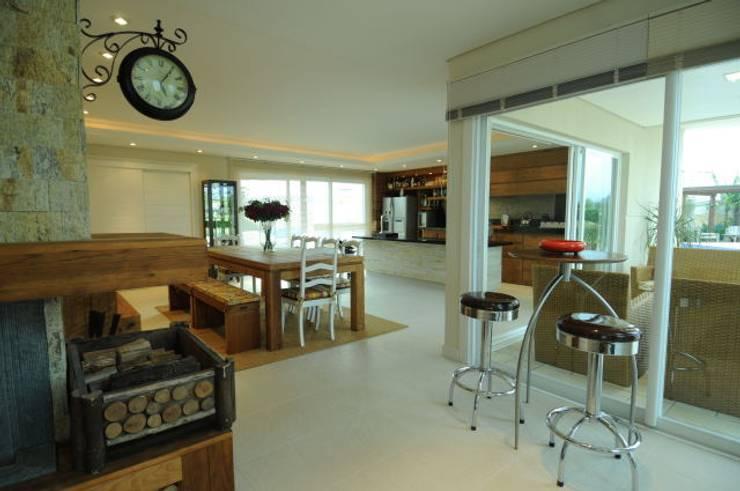 Casa Atlântida Ilhas Park: Salas de jantar modernas por João Luís Linck | Arquitetura