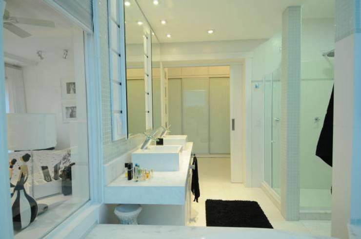 Casa Atlântida Ilhas Park: Banheiros modernos por João Luís Linck | Arquitetura