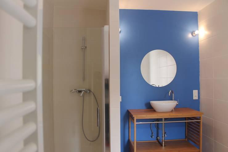 Bagno in stile in stile Moderno di Agence ADI-HOME