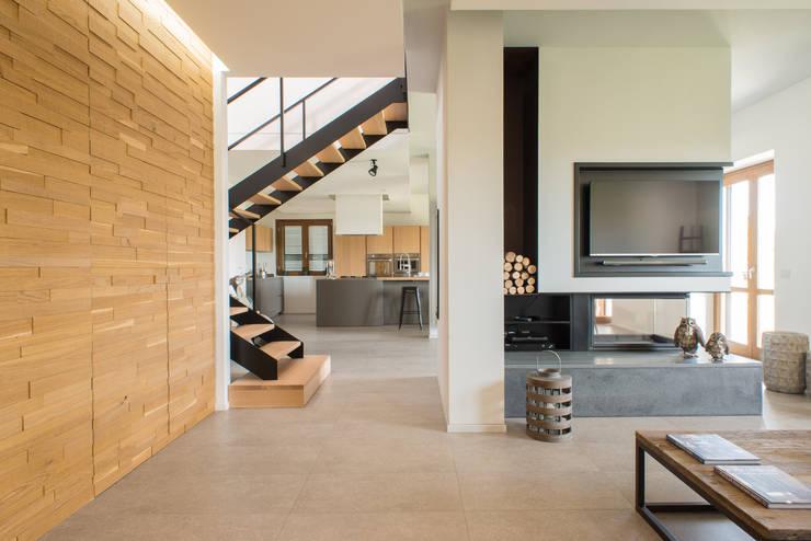 Un appartamento su due livelli: Soggiorno in stile  di Mario Ferrara