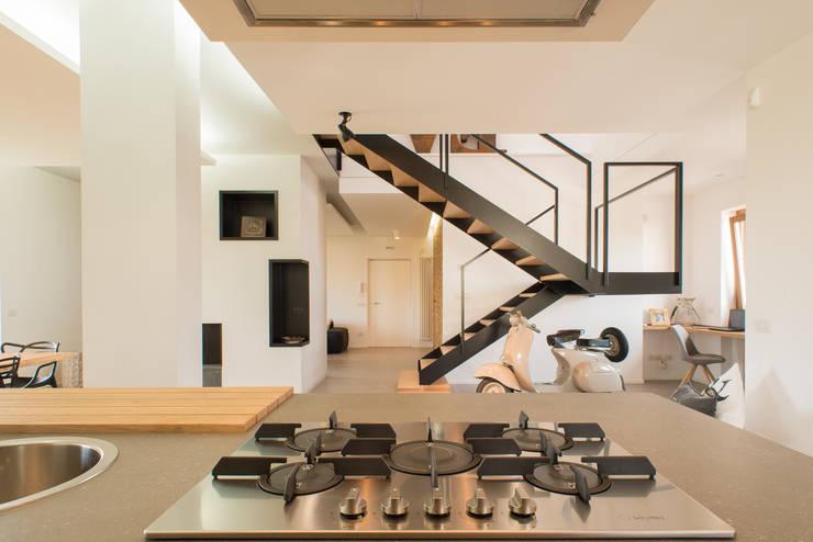 Un appartamento su due livelli: Cucina in stile  di Mario Ferrara
