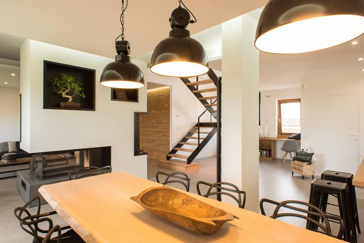 Un appartamento su due livelli: Sala da pranzo in stile  di Mario Ferrara