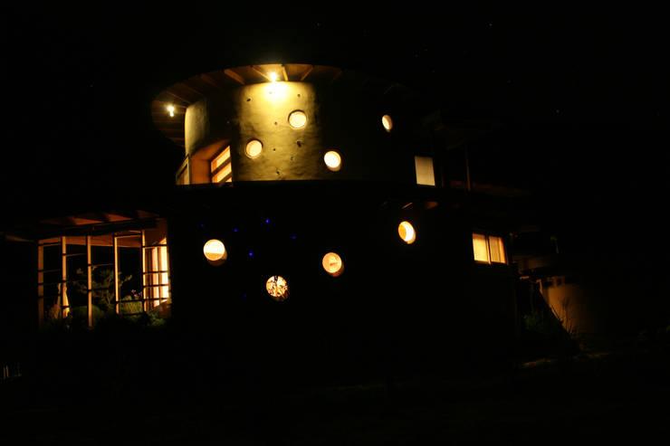 Fachada Nocturna: Casas unifamiliares de estilo  por ALIWEN arquitectura & construcción sustentable - Santiago