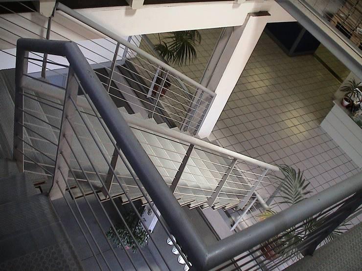 Ampliación y remodelación de Centro de Distribución PRE - UNIC por ALIWEN: Pasillos y hall de entrada de estilo  por ALIWEN arquitectura & construcción sustentable