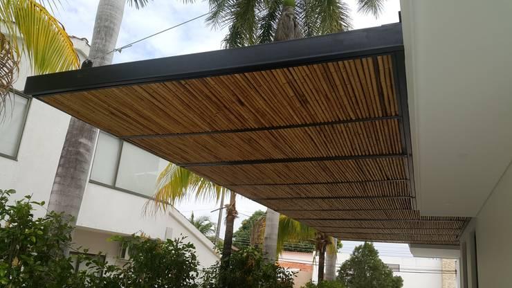 Balcones y terrazas de estilo  por Camilo Pulido Arquitectos