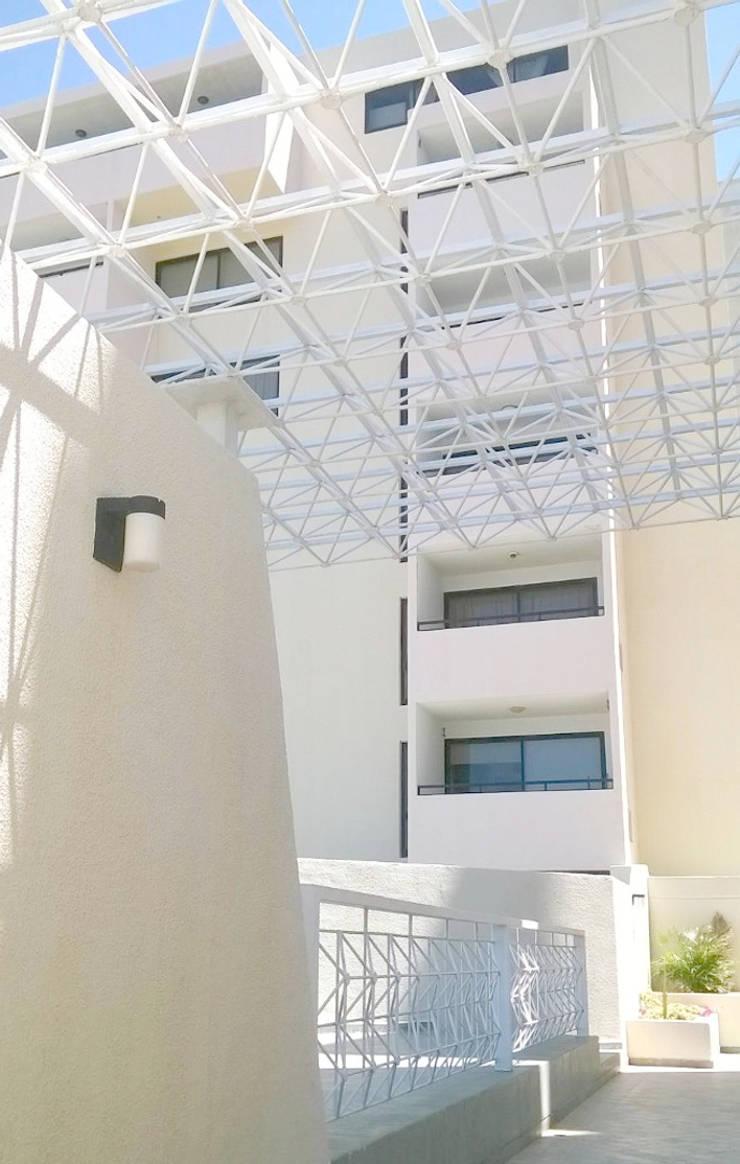 MODERNA FACHADA DE LA RESIDENCIA: Casas de estilo minimalista por Inversiones Su Paraiso