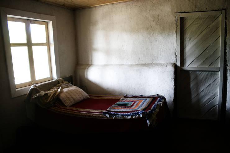 Subsidios de Reparación Patrimonial de Adobe por ALIWEN: Dormitorios de estilo  por ALIWEN arquitectura & construcción sustentable - Santiago