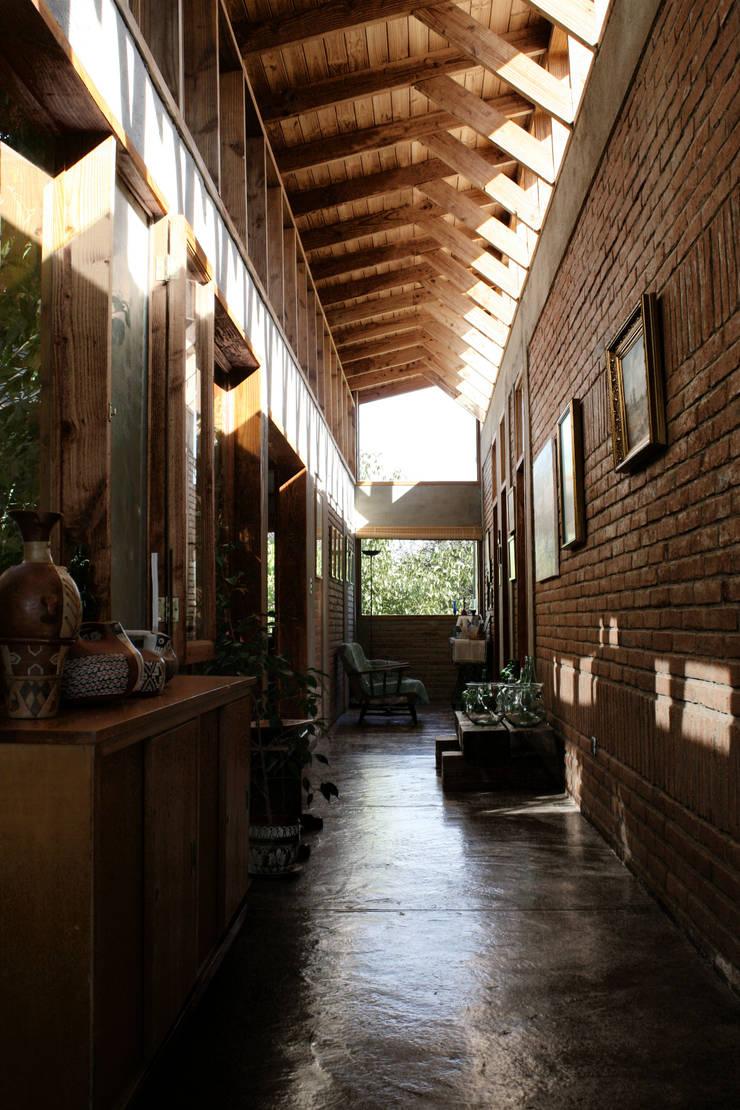 Pasillos y vestíbulos de estilo  de ALIWEN arquitectura & construcción sustentable - Santiago, Rural