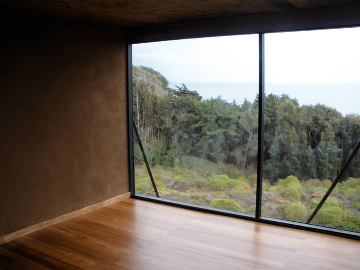 Living con Ventanal: Livings de estilo  por ALIWEN arquitectura & construcción sustentable - Santiago