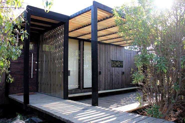 Fachada : Casas unifamiliares de estilo  por ALIWEN arquitectura & construcción sustentable