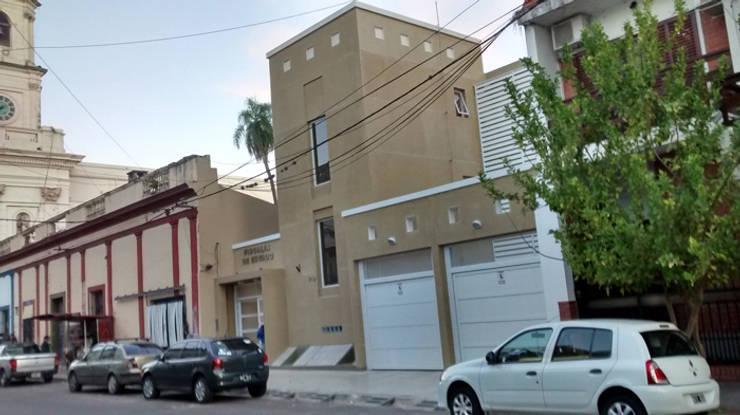 Obra de reforma y ampliación de la Fiscalía de Estado de Corrientes: Edificios de Oficinas de estilo  por Albornoz-Tolcachier,
