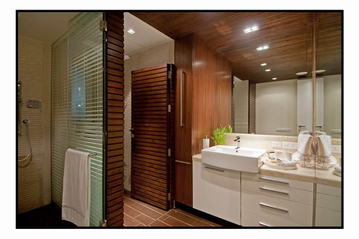 Residence 1:  Bathroom by Dynamic Designss