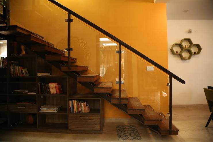 Pasillos y vestíbulos de estilo  por Aayam Consultants