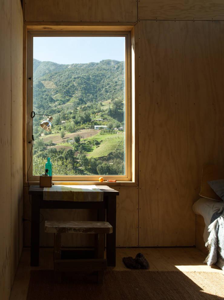 Charred Cabin: Dormitorios de estilo  por DRAA