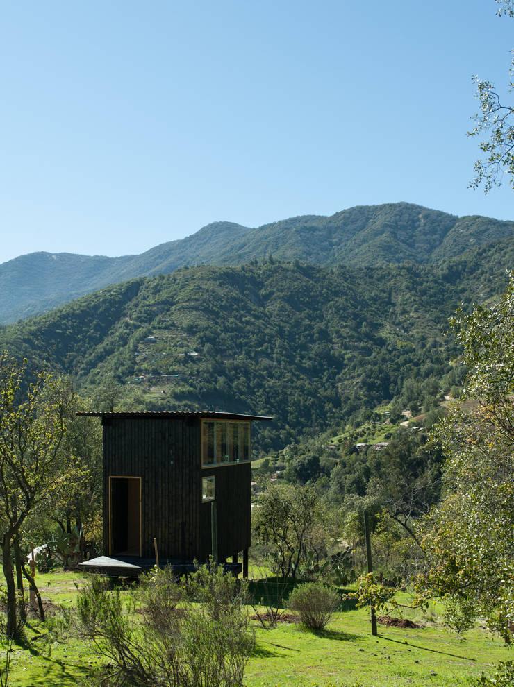 Charred Cabin: Casas de estilo  por DRAA