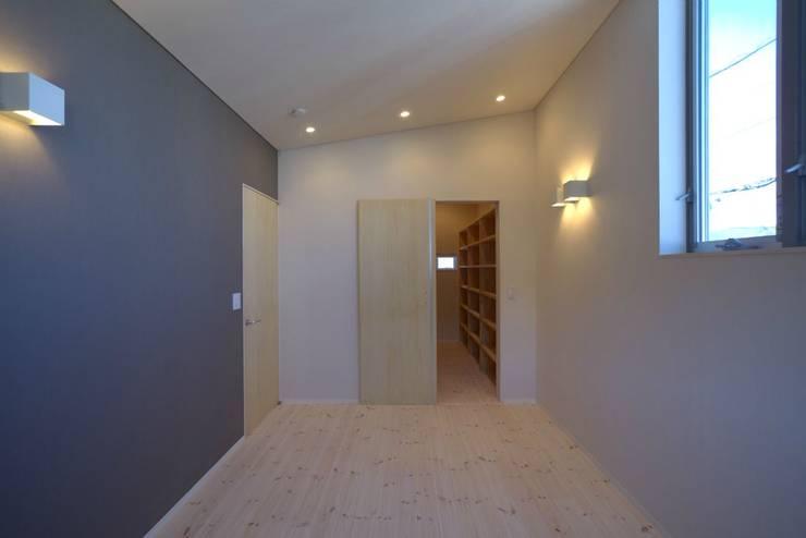 洋室: 有限会社 橋本設計室が手掛けた寝室です。