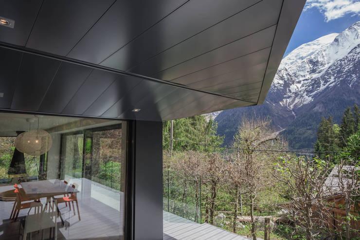 Soleya: Terrasse de style  par Chevallier Architectes
