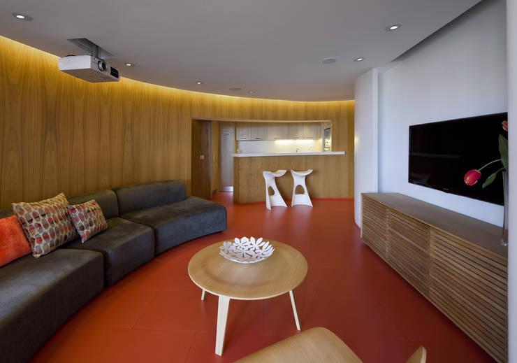 Torres Blancas apartment: Salones de estilo moderno de Ruiz Velázquez