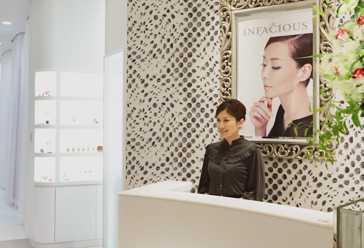 スパデザイン 乙女心をくすぐる非日常の美容空間: 澤山乃莉子 DESIGN & ASSOCIATES LTD.が手掛けた商業空間です。,クラシック