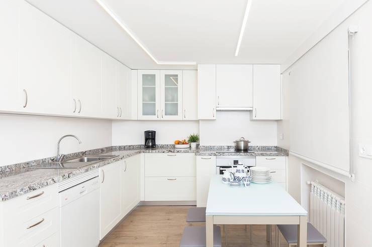 Diseño de interior piso La Paz - ITTA Estudio: Cocinas de estilo moderno de Luzestudio Fotografía