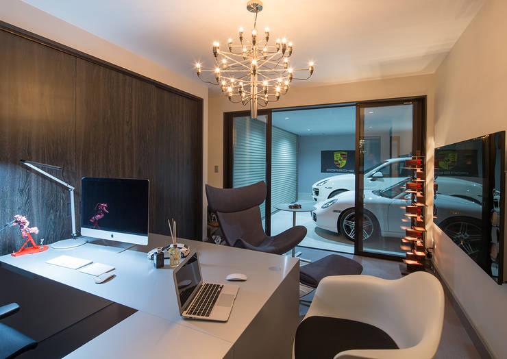 K邸: 一級建築士事務所  馬場建築設計事務所が手掛けた書斎です。
