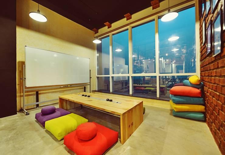 Japanese Style Meeting Room !: modern Study/office by Neha Changwani