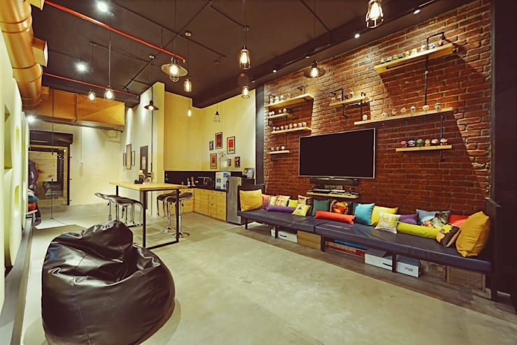 Dynamic IT Collaboration : modern Study/office by Neha Changwani