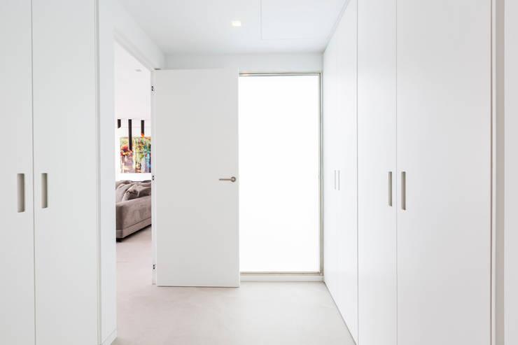 Corridor & hallway by Bornelo Interior Design, Modern