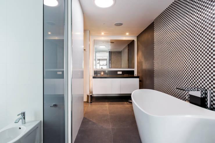 baño principal. : Baños de estilo  de Bornelo Interior Design