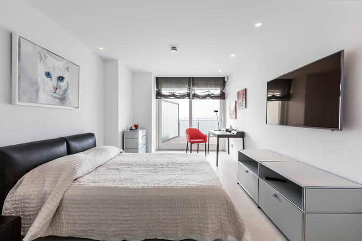 Dormitorio principal: Dormitorios de estilo  de Bornelo Interior Design