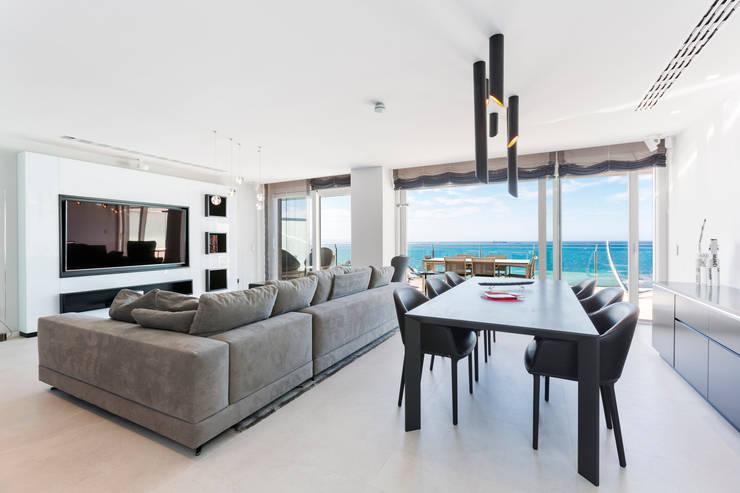 Atico en primera linea con preciosa terraza.: Salones de estilo  de Bornelo Interior Design