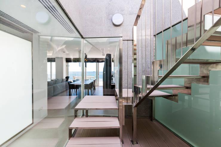 Escalera a terraza superior: Pasillos y vestíbulos de estilo  de Bornelo Interior Design