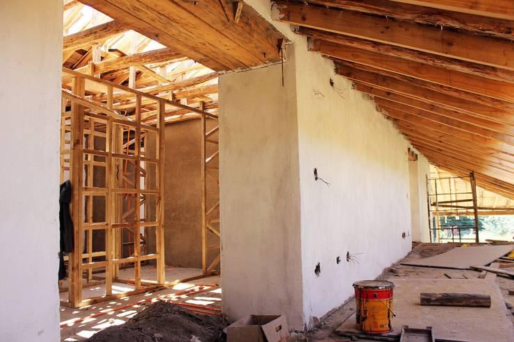 Reparación y Rehabilitación de Galpón en Toquihua por ALIWEN: Pasillos y hall de entrada de estilo  por ALIWEN arquitectura & construcción sustentable - Santiago