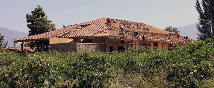 Reparación y Rehabilitación de Galpón en Toquihua por ALIWEN: Techos de estilo  por ALIWEN arquitectura & construcción sustentable - Santiago