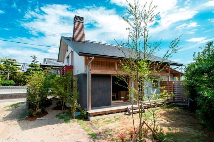 暖炉のある家: AMI ENVIRONMENT DESIGN/アミ環境デザインが手掛けた家です。,和風