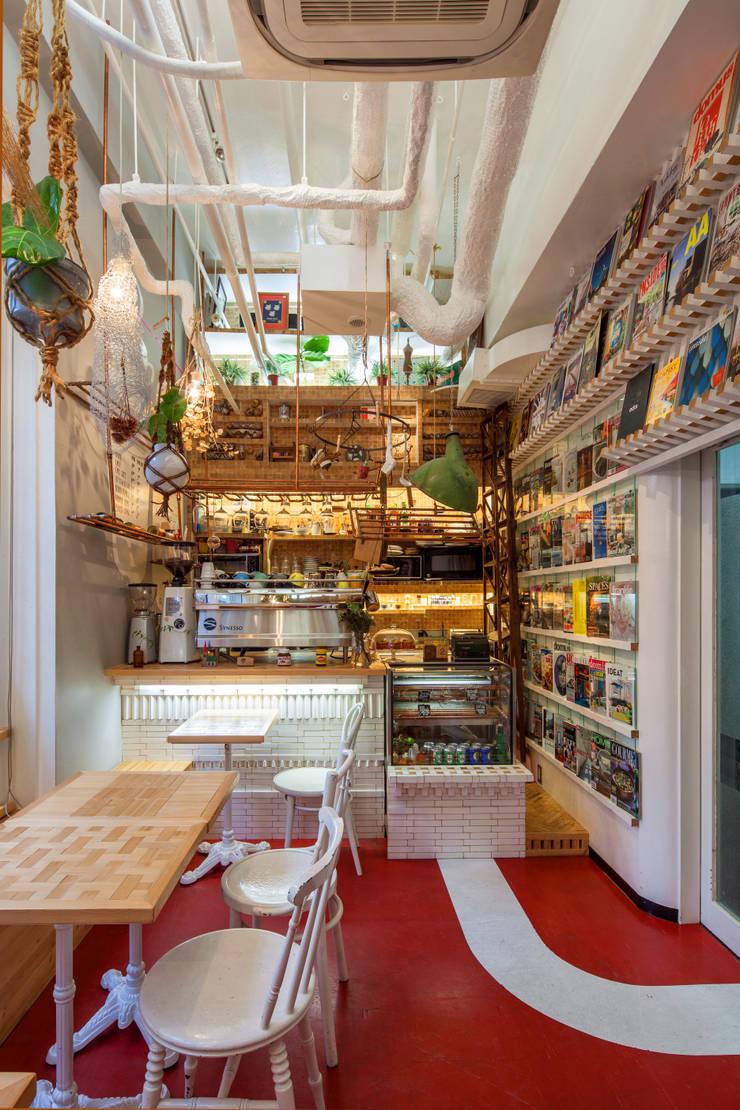 Cocinas de estilo ecléctico de INTERIOR BOOKWORM CAFE Ecléctico Madera Acabado en madera