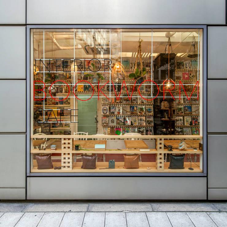Casas de estilo ecléctico de INTERIOR BOOKWORM CAFE Ecléctico Vidrio